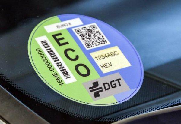 Colapso en Correos para recoger la etiqueta medioambiental de la DGT