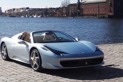 Así cae este Ferrari por un muelle de Florida