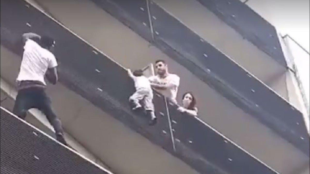 """¿Qué pasó con Mamadou Gassama?, El """"Hombre Araña"""" de París que trepó un edificio para salvar a un niño"""