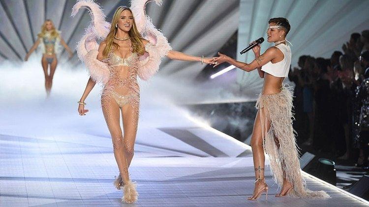 """Victoria's Secret incluye a una cantante de la comunidad LGBTQ en un desfile y ella les critica por """"falta de inclusión"""""""