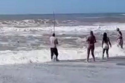 (VIDEO): Salva a dos niñas de ahogarse en el mar con su caña de pescar