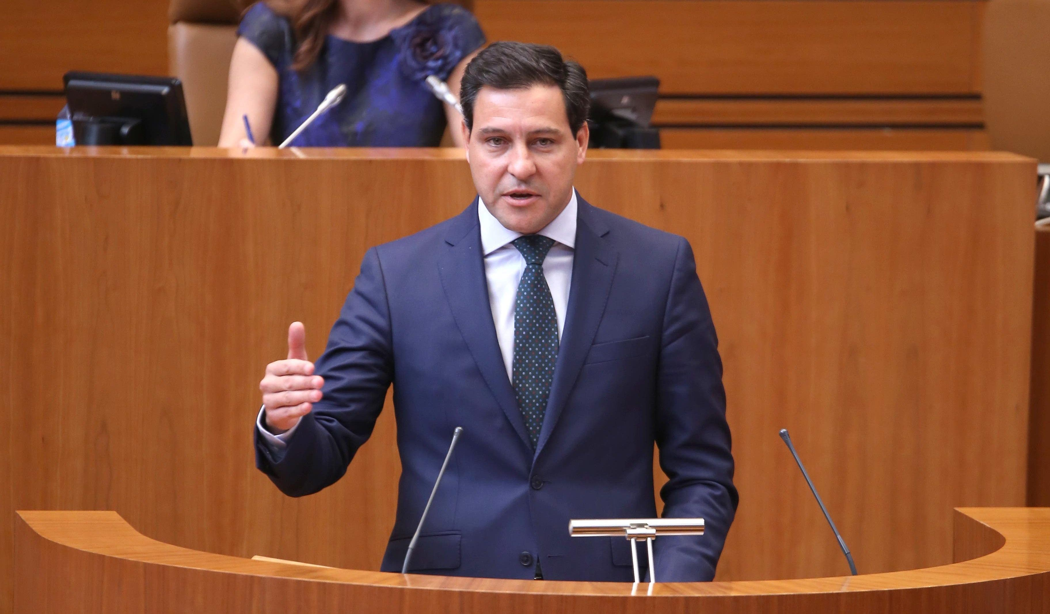 """Raúl de la Hoz zarandea a Tudanca por la """"ocurrencia"""" de la moción de censura socialista"""
