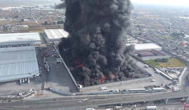 México: Un gran incendio paraliza el aeropuerto y las avenidas de Toluca