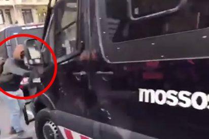 Este 'indepe' se 'traga' el retrovisor del furgón de los Mossos al que atacaba