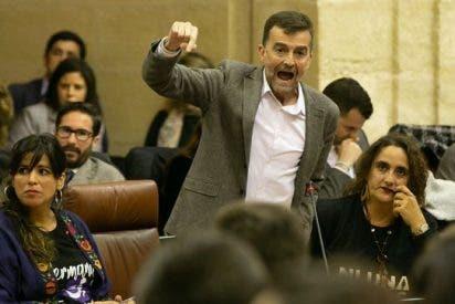 Los diputados de Vox juran 'por España' y los de Podemos se desgañitan del cabreo