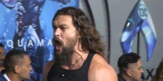 """Jason Momoa rompe el protocolo en la alfombra roja durante el estreno de """"Aquaman"""""""