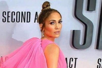 Jennifer Lopez posa con un arriesgado vestido de boda fucsia