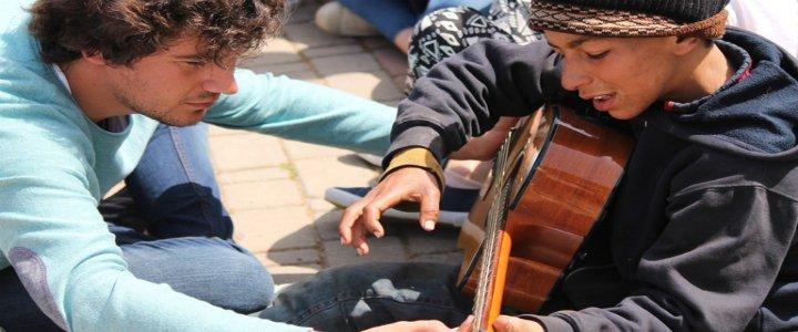 """Los jóvenes católicos de Hakuna acompañan a refugiados como """"regalo"""" al Papa"""