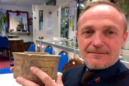 Compra por 6€ un bote para el cepillo de dientes y al llegar a casa descubre que es una antigüedad milenaria