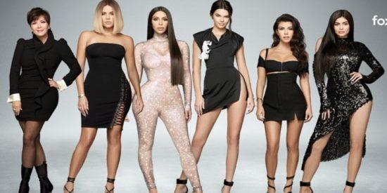 """Kim Kardashian publica una foto de su madre Kris Jenner en bikini y desvela que el problema es de familia: """"¿Quién es mas hot que ella?"""""""