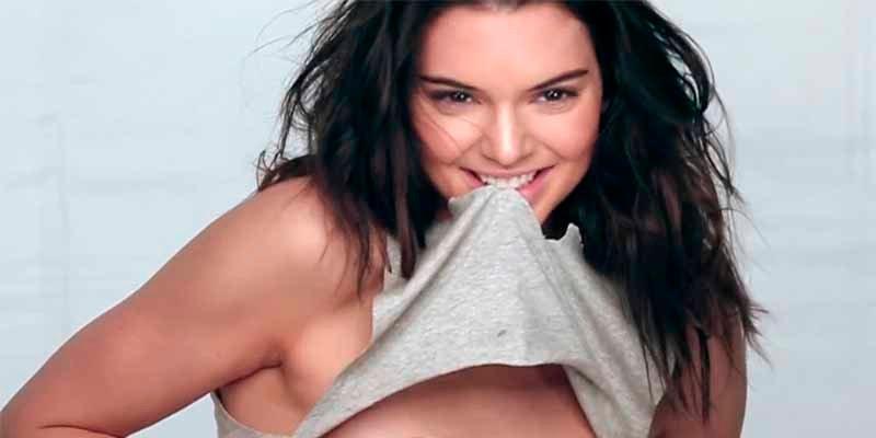 El vídeo de Kendall Jenner con un diminuto tanguita de encaje blanco