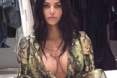 Kim Kardashian revela un pezón traicionada por su atrevido vestido