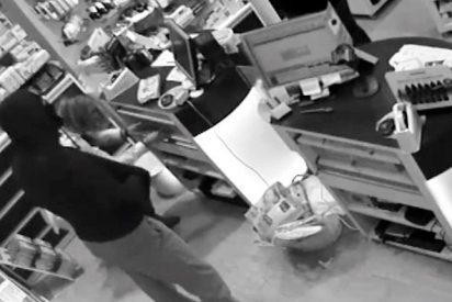 Un violento ladrón atraca una farmacia en Sevilla armado con un hacha