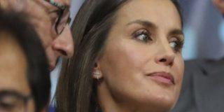 El atrevido escote de la reina Letizia ante el do de pecho de don Juan Carlos