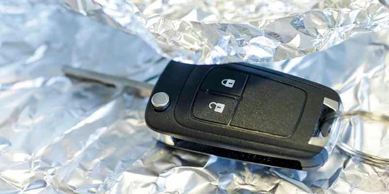 ¿Por qué recomiendan envolver las llaves del coche en papel de aluminio?