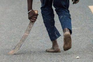 Así fue el escalofriante momento en que bandidos con machetes atacan a una pareja de EEUU en Kenia