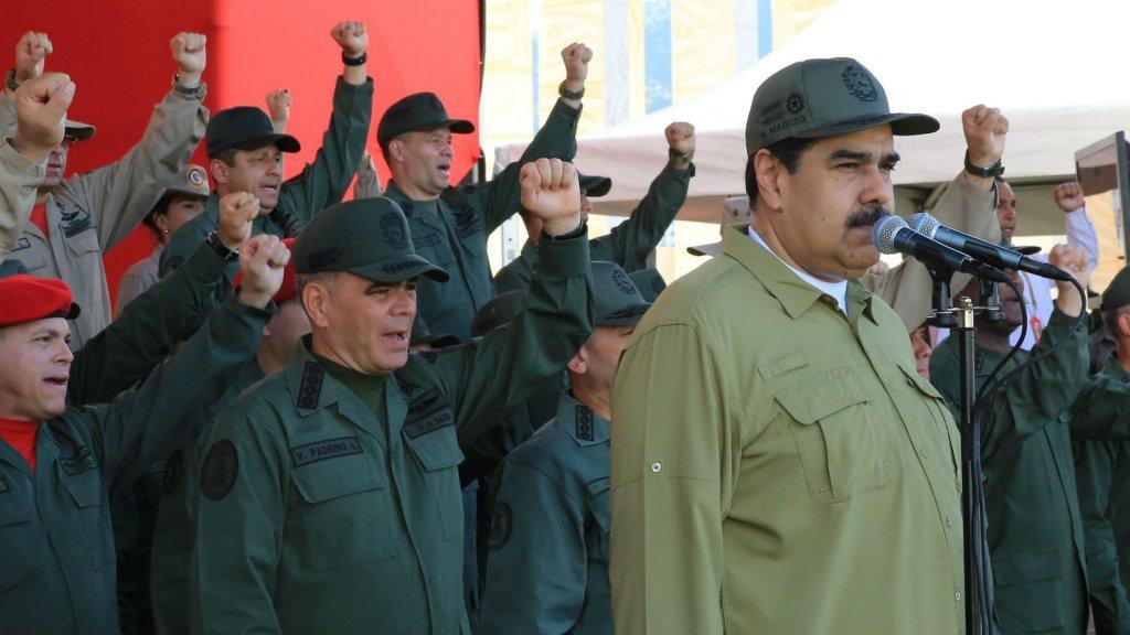 """Nicolás Maduro se disfraza de soldado: """"El ejército debe estar atento cualquier movimiento extraño paramilitar de Colombia"""""""
