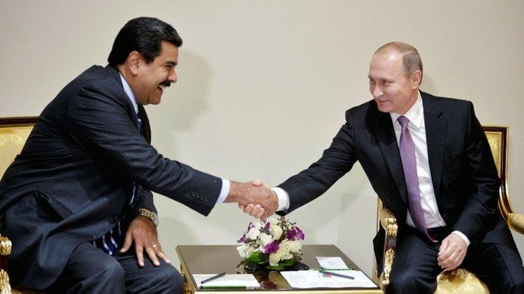 Entre dictadores se entienden: Nicolás Maduro y Vladimir Putin negocian una nueva cooperación económica y militar