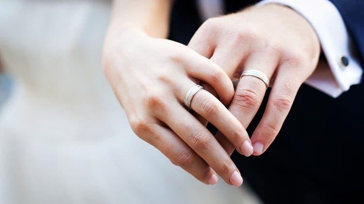 Una mujer busca un donante de esperma más atractivo que su esposo y termina teniendo una aventura