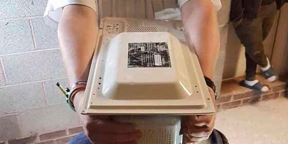 Un adolescente quiso reparar el microondas para sorprender a su madre y murió electrocutado