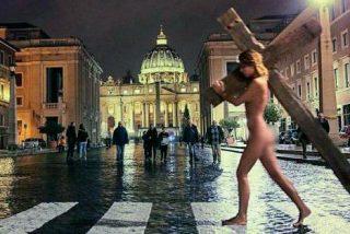 Modelo de Playboy detenida en Roma por posar desnuda llevando una cruz frente a El Vaticano