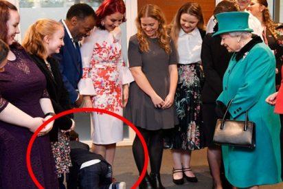 Este niño cae de rodillas y huye gateando de la sala al ver a la reina Isabel II