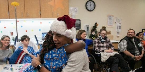 Un Barack Obama disfrazado de Papa Noel lleva regalos a niños enfermos en un hospital de Washington