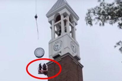 Estos 2 obreros evitan por los pelos morir aplastados tras caer el reloj de un campanario