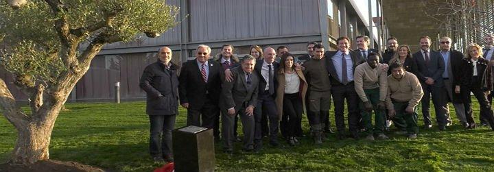 Los presidentes de la Conmebol y de la Fef plantan un olivo como símbolo de paz a través del fútbol
