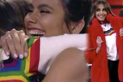 """Cristina se pasa por el """"Pedroche"""" el límite de 10 euros y acaba castigada por regalarle este abrigo a Anna Simón"""