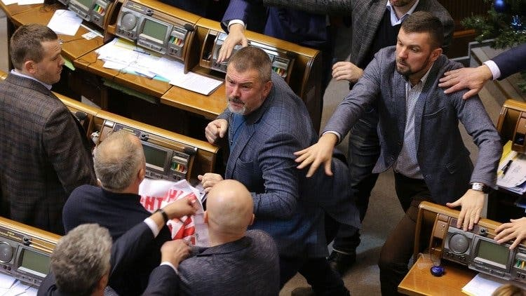 Batalla campal en el Parlamento de Ucrania: Un diputado mostró un cartel y estalló una pelea