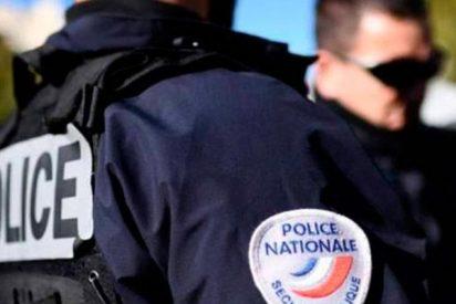 Así huye asustada la policía de los manifestantes en una Francia en descomposición