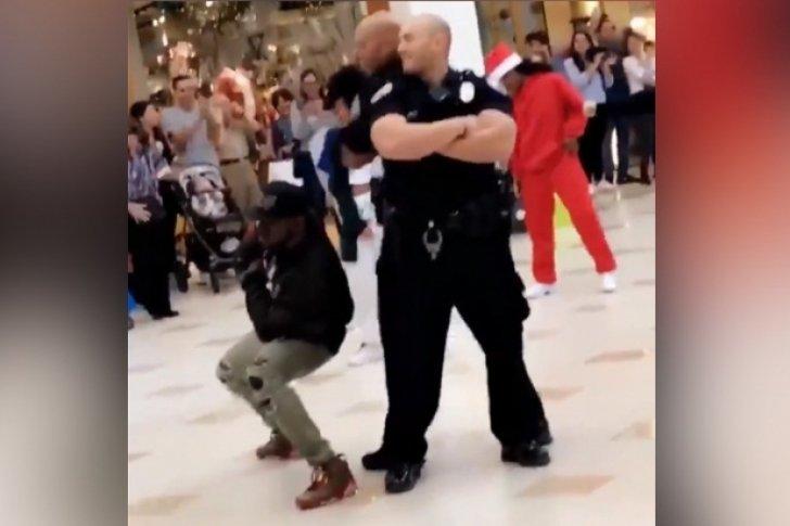 Policías de EEUU sorprenden con un improvisado baile navideño