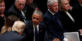 Trump da la mano a los Obama pero hace el vacío a los Clinton en el funeral de George Bush