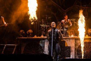 Rammstein reta a Putin en Moscú: los guitarristas se besan para protestar contra la ley anti LGBTI+
