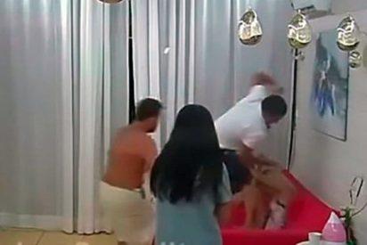 Momento en que un concursante ruso del reality 'Dom 2', propina una brutal paliza a su novia (VÍDEO)