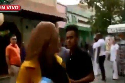 Vídeo: Roban a una reportera en pleno en directo y así agarran al ladrón