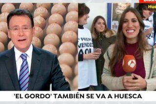 A una reportera de Antena 3 le toca el 'Gordo' y Matias Prats le dice en directo esto...