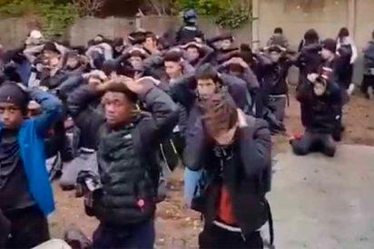Asi las gastan en Francia: De rodillas y con las manos en la cabeza cientos de estudiantes