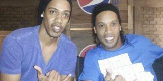 Ronaldinho se burla de la prensa y manda a su doble a firmar autógrafos