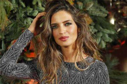 La 'rubia' Sara Carbonero arrasa en la cena navideña de 'Elle' con curvas y atuendo low-cost