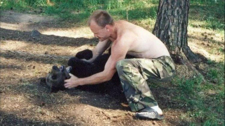 """Cria a un oso durante 4 años y su mascota le """"devora hasta los huesos"""""""