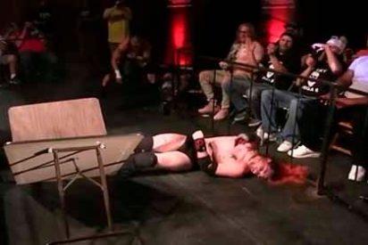 ¡Pánico! Un peleador se rompe el cráneo tras fallar el salto durante una pelea de lucha libre