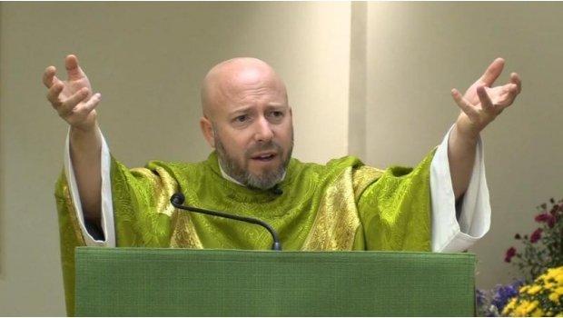 Un sacerdote anuncia en misa que la bandera LGBTI fue creada por Satanás