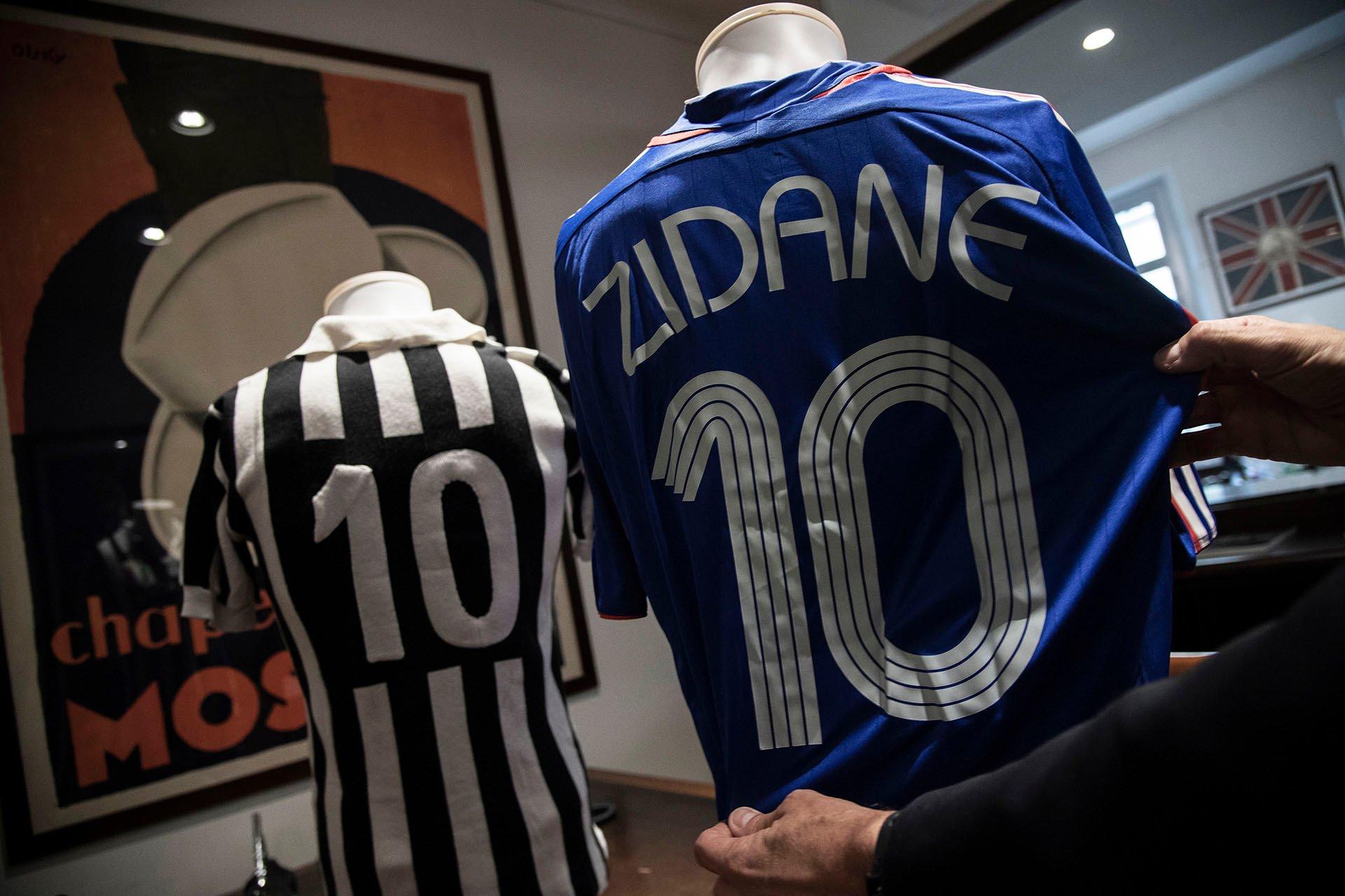 Fotos: La espectacular subasta de camisetas de Maradona, Messi, Zidane y Chiellini