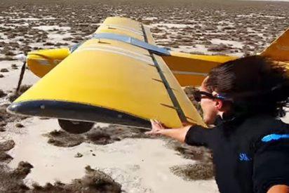 Este tipo coge el ala de una avioneta mientras se asoma de un helicóptero en pleno vuelo