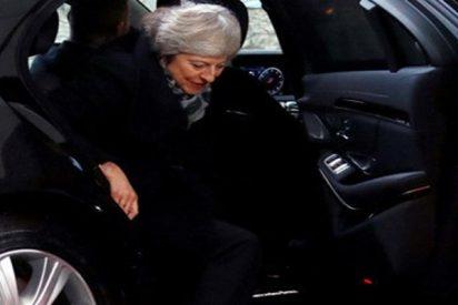 ¿Una señal?: Theresa May se queda atrapada en un coche antes de su reunión con Merkel