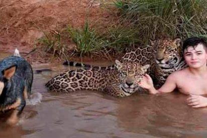 La historia detrás de la fotografía del niño que juega en un río con jaguares