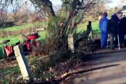 Mueren dos hermanos tras quedar atrapados bajo su tractor