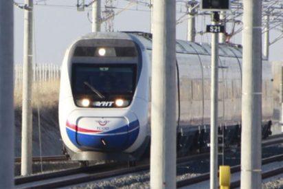 Durísimas imágenes del accidente de un tren de pasajeros en Ankara